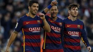 Football Soccer - Barcelona v Real Sociedad - Spanish Liga BBVA - Camp Nou, Barcelona, Spain - 28/11/15  Barcelona's Neymar celebrates scoring the third goal with team mates Luis Suarez and Lionel Messi REUTERS/Albert Gea - RTX1W8V7